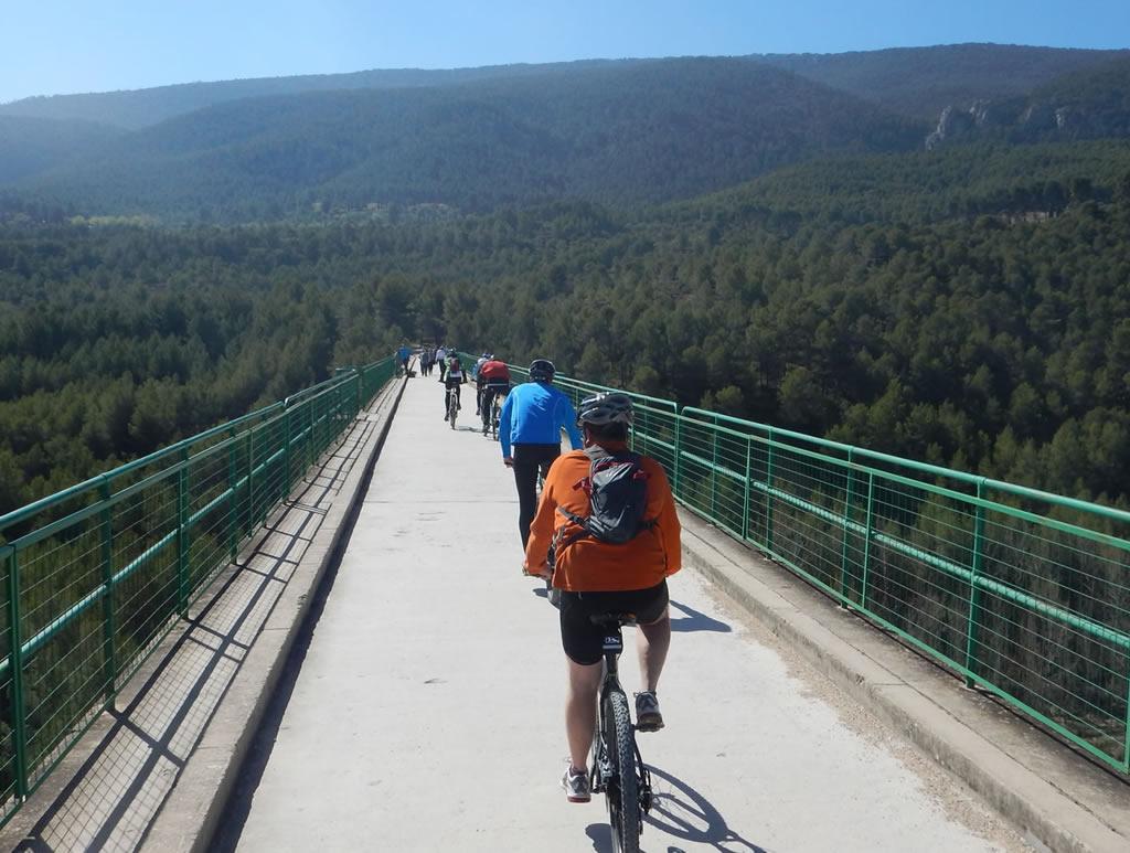 Cruzando el Pont de les 7 llunes