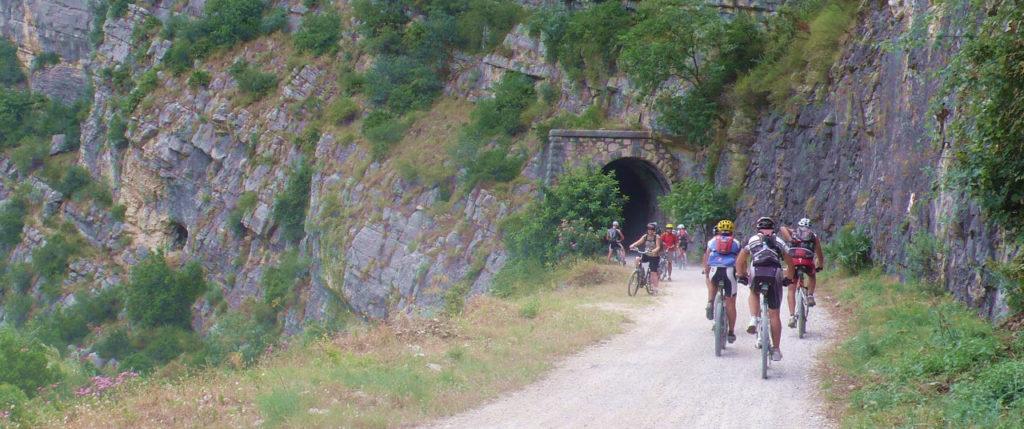 La Vía verde suele estar concurrida por ciclistas. Foto de Club las Liebres de Yecla